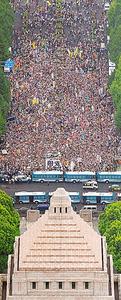 安保関連法案に反対する国会前デモに約10万人が参加した=2015年8月30日、本社ヘリから、岩下毅撮影