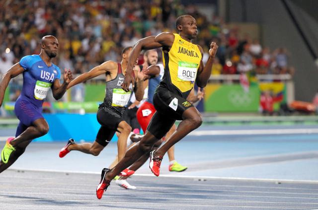 男子200メートルで3連覇を達成したウサイン・ボルト(右)=西畑志朗撮影