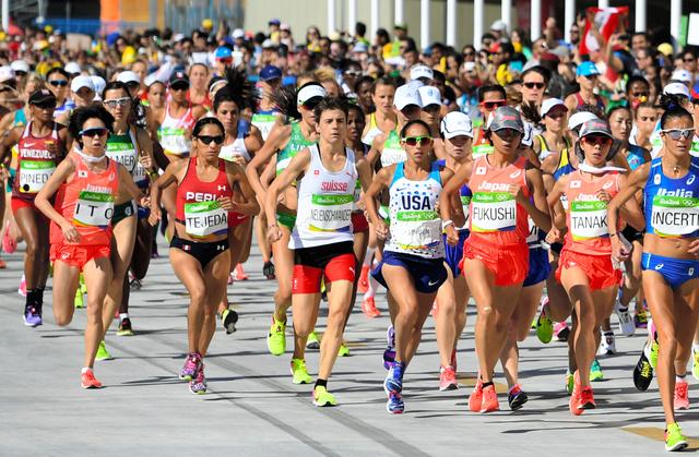 一斉にスタートするリオ五輪女子マラソンの選手たち=諫山卓弥撮影