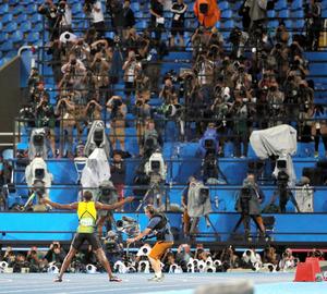 男子200メートルで3連覇を達成し、カメラマンの前でポーズをとるウサイン・ボルト=西畑志朗撮影