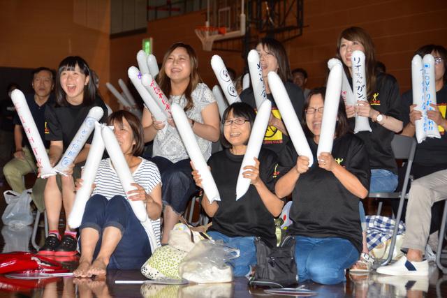 パブリックビューイングで渡利選手に声援を送る人たち=18日夜、松江市総合体育館