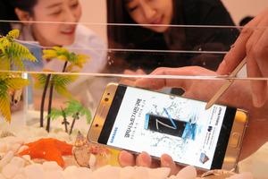 サムスン電子の新しいスマートフォン「ギャラクシーノート7」を説明する高東真・無線事業部長=11日、ソウル、東岡徹撮影