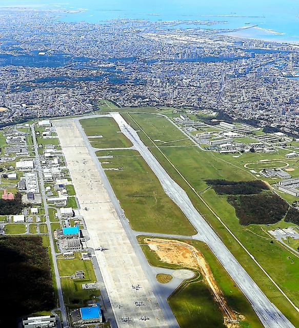 住宅地に囲まれた米軍普天間飛行場=沖縄県宜野湾市、本社ヘリから