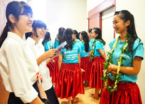 号外発行に向けて取材する磐城桜が丘高校新聞局の生徒たち=いわき市のいわき芸術文化交流館アリオス