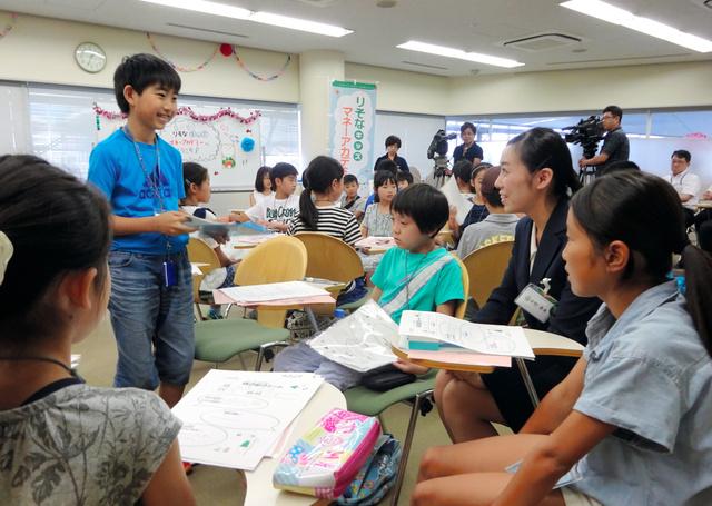 お金や銀行の仕組みを学ぼうと「りそなキッズマネーアカデミー」に参加した小学生ら=2日、さいたま市大宮区