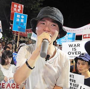 安保関連法案の審議に涙ながらに抗議する奥田愛基さん=2015年8月7日