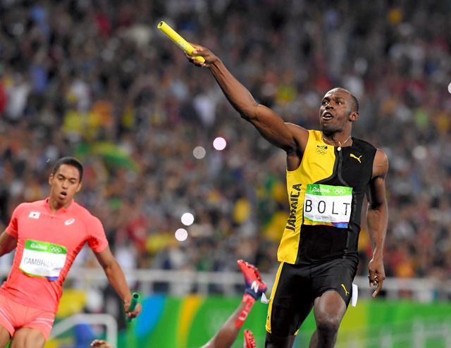 男子400メートルリレー決勝でゴールするジャマイカ第4走者のボルト。左は2位に入った日本の最終走者のケンブリッジ飛鳥=長島一浩撮影