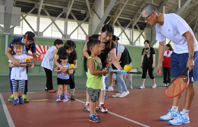 ちびっこテニス教室でラケットとボールにふれ合う子どもたち=能美市徳山町