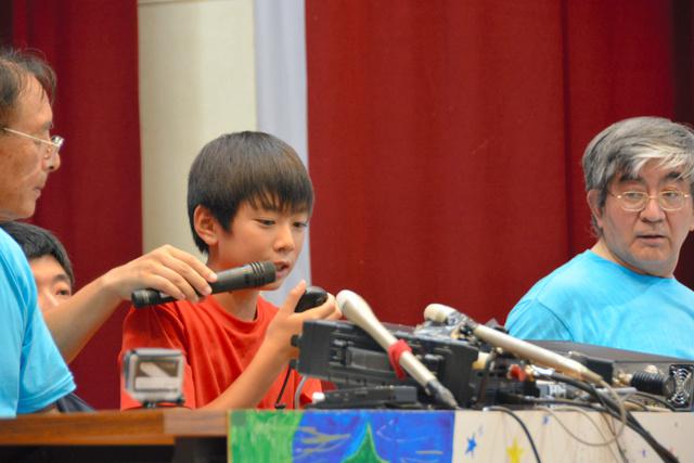 ISSの大西さんと交信する児童=大山町佐摩