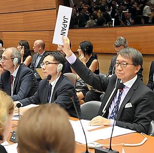 国連核軍縮作業部会で、報告書案の賛否を問う投票で棄権を表明する日本の佐野利男軍縮大使(右)=19日、松尾一郎撮影