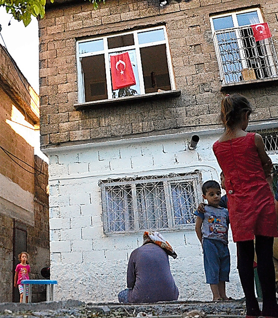 クーデター未遂事件後、自宅にトルコ国旗を掲げるシリア人たち=トルコ南部ガジアンテップ、石田耕一郎撮影