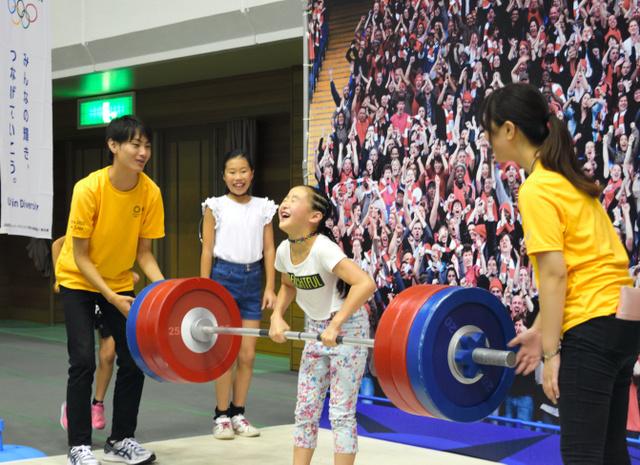 重さ約3キロほどの重量挙げを楽しむ子ども=福島市