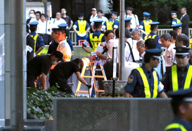脱原発テントを撤去する作業員たち。周囲にはバリケードが張られ、多くの警備員が配置されていた=21日午前4時59分、東京都千代田区、坂本進撮影