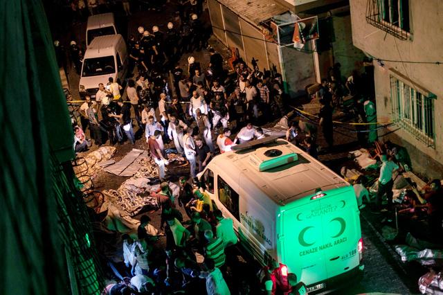 トルコ南部ガジアンテップで20日、結婚式の最中に爆発があった現場に到着した救急車=AFP時事