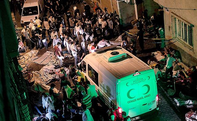 20日、結婚式の最中に爆発があった現場に到着した救急車=AFP時事