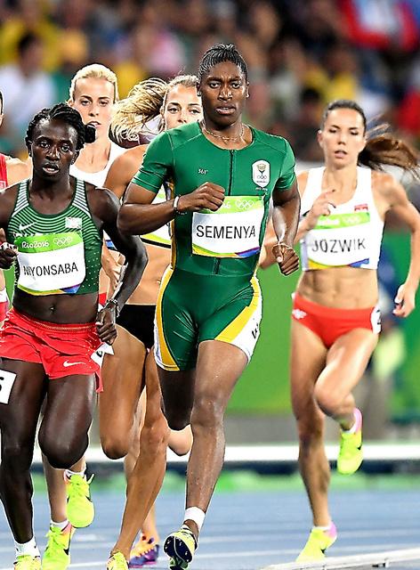 女子800メートルで優勝したセメンヤ(中央)=諫山卓弥撮影