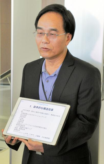 構造改革の方針などを示すシャープの戴正呉・新社長=22日午前、堺市の本社