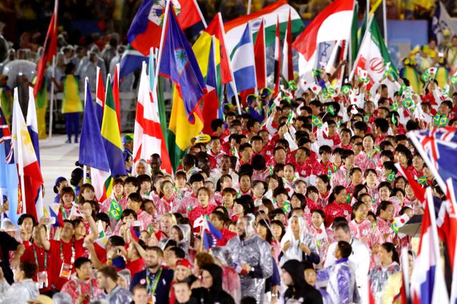 閉会式会場に入場する日本選手団ら=21日、ブラジル・リオデジャネイロのマラカナン競技場、林敏行撮影