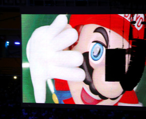 閉会式では、人気ゲームのキャラクター「マリオ」が映し出された=長島一浩撮影