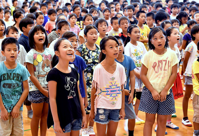 大きな声で校歌を歌う児童たち=22日午前、熊本県益城町、福岡亜純撮影