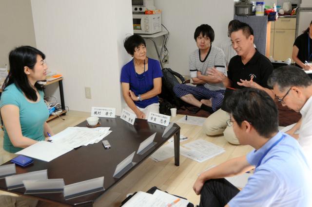 越直美市長(左)に活動を報告する各団体の代表ら=大津市観音寺の幸重社会福祉士事務所