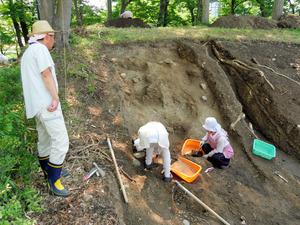 市教委が公開している、上田城二の丸の土塁発掘現場=上田城跡公園