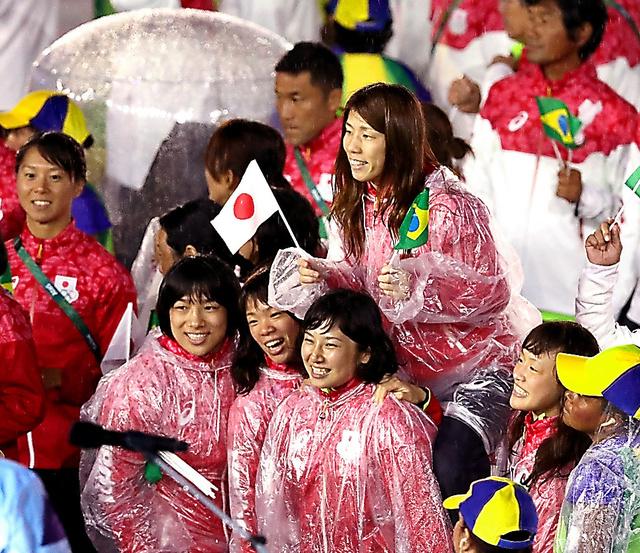 閉会式会場で、レスリング女子の(右から)登坂絵莉、土性沙羅、川井梨紗子、渡利璃穏らに担がれるレスリングの吉田沙保里(中央上)=21日、ブラジル・リオデジャネイロのマラカナン競技場、林敏行撮影