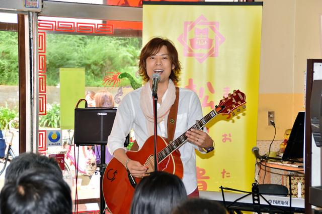 地元・西千葉の「ぎやまん亭」でライブをした松尾貴臣さん=7月23日、千葉市中央区、広瀬敬祐さん撮影