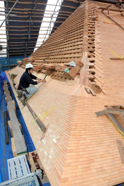 職人の手でサワラの木板が何層にも打ち付けられていく竹林寺本堂の屋根=東広島市河内町