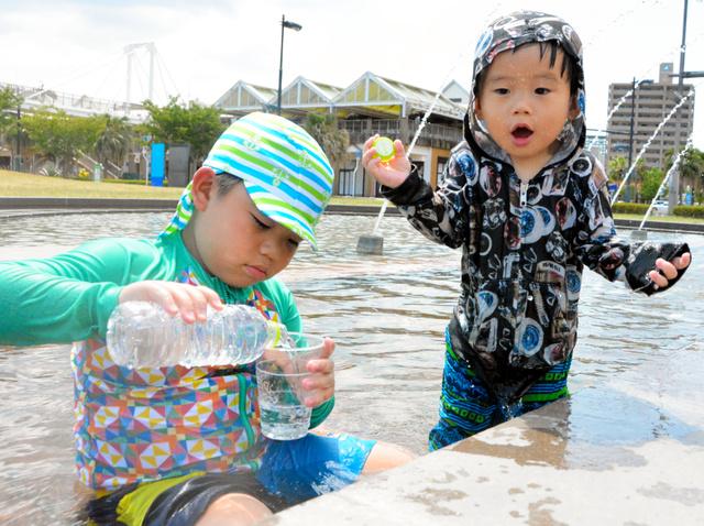 ドルフィンポートの噴水で水遊びをする子どもたち=鹿児島市
