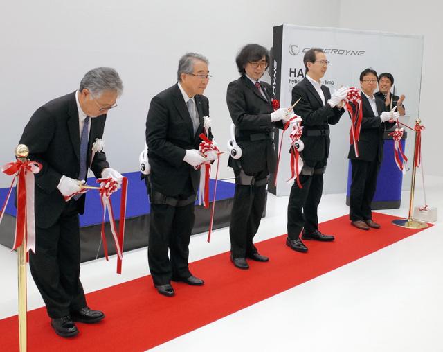 山海嘉之社長(右から4人目)や内堀雅雄知事(同3人目)は、ロボットスーツ「HAL」を装着してテープカットした=郡山市横塚2丁目