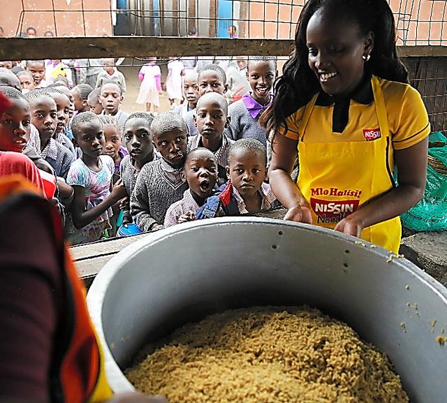 完成した即席麺を待ちわびる子どもたち=ナイロビ近郊、三浦英之撮影