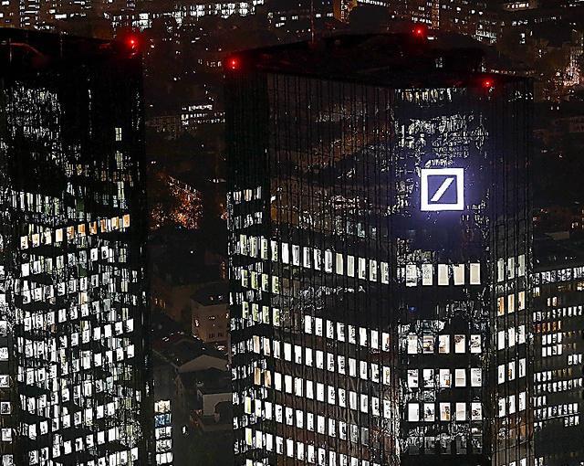 フランクフルトにあるドイツ銀行の本社=ロイター。フランクフルトは英国のEU離脱決定を受け、外国銀行の拠点誘致に力を入れる