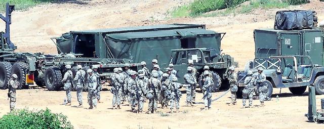 韓国北部・坡州市の非武装地帯近くで22日、軍事演習に参加した米軍の兵士ら=ロイター