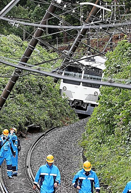 立ち往生した西武多摩湖線の車両。架線を支える柱が線路上に傾いた=22日午後、東京都東村山市、時津剛撮影