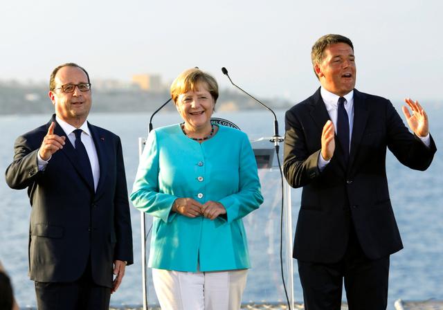 イタリア南部ベントテーネ島沖で22日、イタリアの空母「ガリバルディ」の甲板上で会見したレンツィ伊首相(右)、メルケル独首相(中央)、オランド仏大統領(左)=ロイター