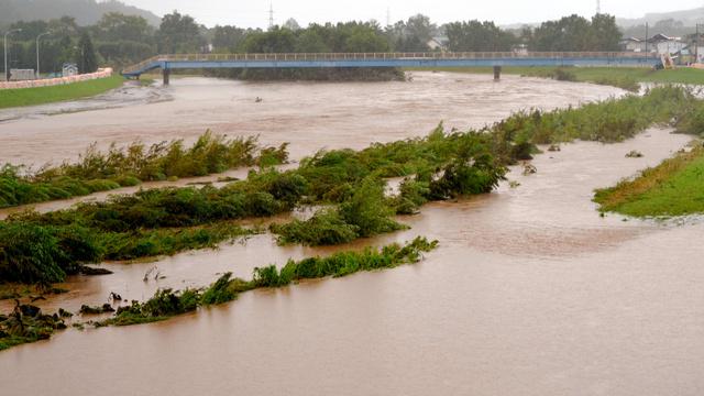 台風9号による大雨で増水した利別川=23日午前8時20分、北海道足寄町、池田敏行撮影