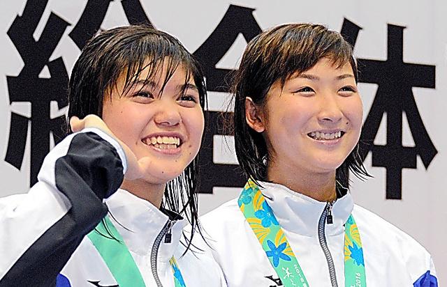 全国高校総体の表彰式で笑顔を見せる池江(右)と長谷川=増田啓佑撮影