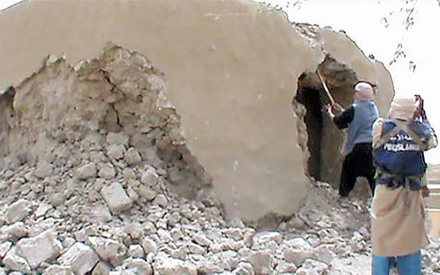トンブクトゥで古い寺を破壊するイスラム過激派の戦闘員たち=2012年7月、AFP時事