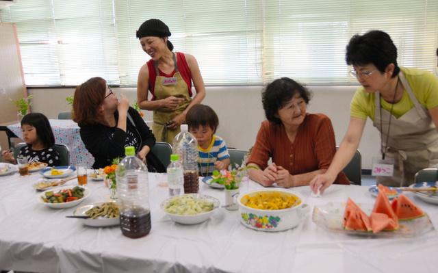 「こども食堂こだかさカフェ」では保護者が話し込む様子も見られた=高知市中万々