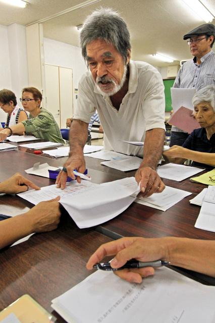 署名数を数えたり、記入の不備をチェックしたりする住民団体のメンバーら=屋久島町