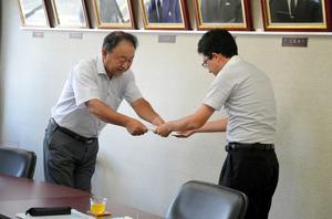 斎藤淳一郎市長(右)に要望書を手渡す市民有志の会の佐野幸隆代表=矢板市役所