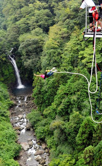 「大棚の滝」に向かってジャンプ=富士市の須津川渓谷
