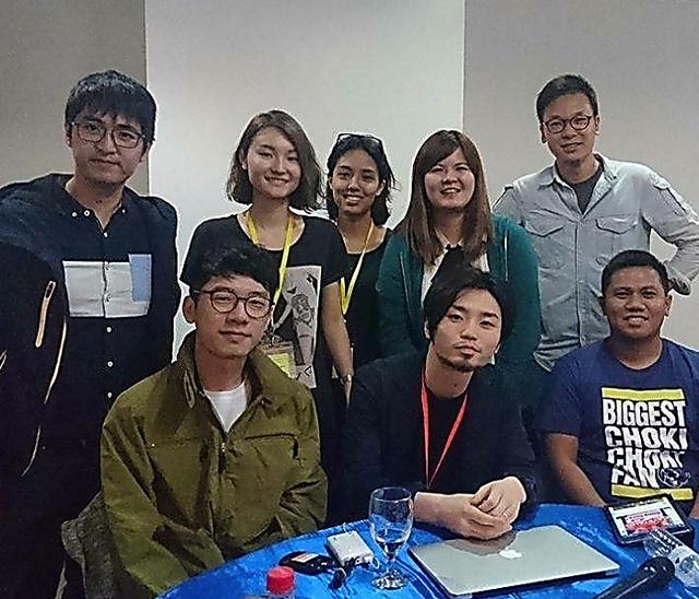 今年4月の「東アジア若者会議」に参加したシールズの奥田愛基さん(前列中央)と高野千春さん(後列左から2人目)、台湾「ひまわり学生運動」の林飛帆さん(後列右端)ら=フィリピン・マニラ、高野さん提供