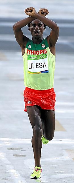 リオ五輪男子マラソンでゴールするリレサ選手=長島一浩撮影