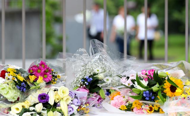 津久井やまゆり園の前に置かれた献花=1日、相模原市緑区千木良、越田省吾撮影