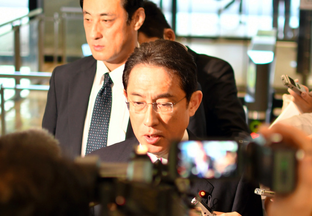 北朝鮮のミサイル発射について語る岸田文雄外相=24日午前、外務省、安倍龍太郎撮影