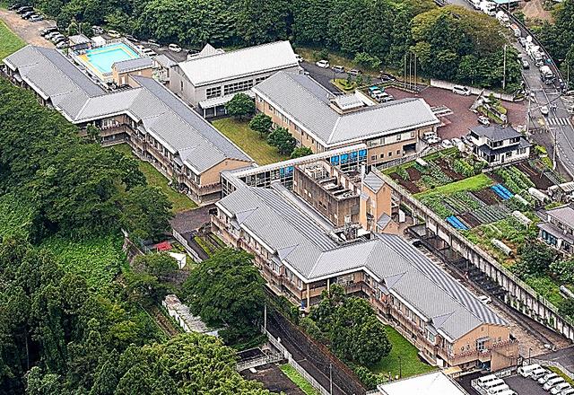 津久井やまゆり園。東西の居住棟で約160人が暮らしていた=相模原市緑区、本社ヘリから