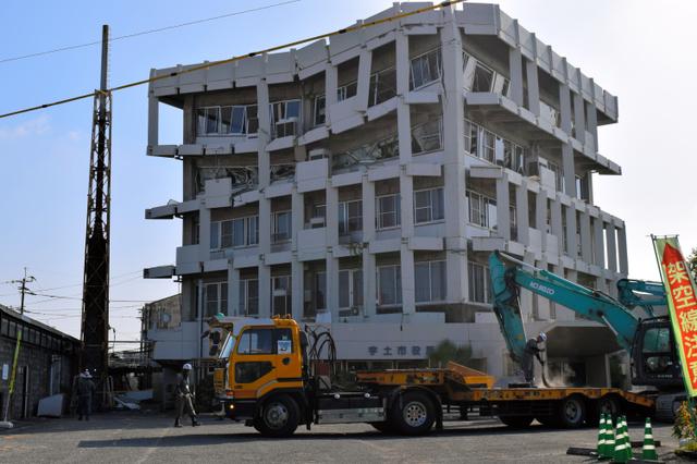 重機が運び込まれ、本格解体への準備が進む熊本県宇土市役所本庁舎