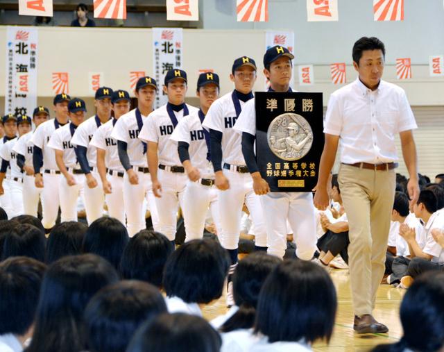 報告会に臨んだ北海の選手ら=札幌市豊平区
